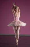 Ballerine gracieuse tenant le pointe d'en photo stock