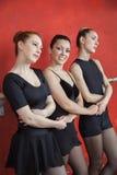 Ballerine heureuse tenant des mains d'amis dans le studio Photo stock