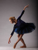 Ballerine incroyablement belle avec le corps parfait dans la pose bleue d'équipement Ballet classique Image libre de droits