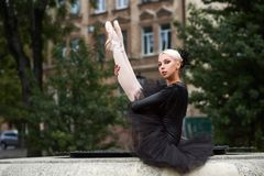 Ballerine magnifique dans la danse noire d'équipement dans les rues de ville image libre de droits