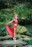 Ballerine magnifique exécutant dehors dans la nature photos stock