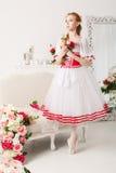 Ballerine mignonne tenant des fleurs Photographie stock