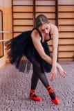 Ballerine portant la danse noire de tutu dans le hall de formation Photographie stock libre de droits