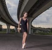 Ballerine posant hors des portes Danse de ballerine sur un fond o Photographie stock libre de droits