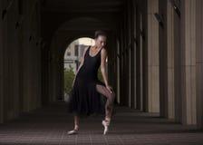 Ballerine posant hors des portes Danse de ballerine sur un fond o Photo libre de droits