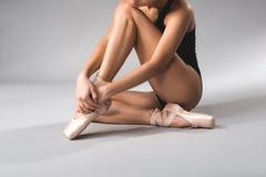 Ballerine s'asseyant sur le plancher avec la paix Photo libre de droits