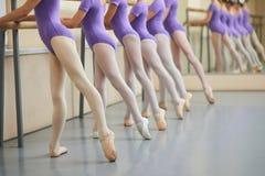 Ballerine in scarpe del pointe che allungano le gambe Immagini Stock Libere da Diritti