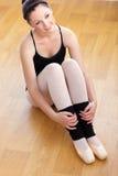 Ballerine songeuse s'asseyant sur l'étage Image libre de droits