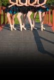 Ballerinen auf einer Brücke Stockfotos
