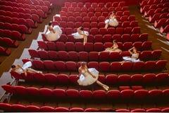 Ballerinen, die im leeren Auditoriumstheater sitzen Lizenzfreies Stockfoto