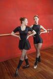 Ballerinen, die im Proberaum durchführen stockbilder