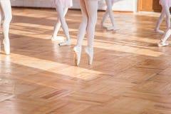Ballerines dansant dans le hall de ballet Images stock