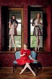 Ballerines gaies de mode caucasienne dans un thé potable de pose Photographie stock