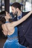 Ballerini appassionati che eseguono tango nel ristorante Fotografia Stock
