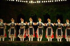 Ballerini bulgari di folclore nella fase Fotografie Stock