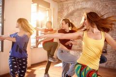 Ballerini che ballano nello studio di dancing Fotografia Stock Libera da Diritti