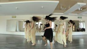 Ballerini che eseguono e che praticano una forma contemporanea e moderna di ballo archivi video