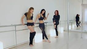 Ballerini che riposano nello studio Fotografie Stock Libere da Diritti