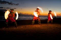 Ballerini del fuoco al crepuscolo sulla spiaggia Fotografie Stock Libere da Diritti
