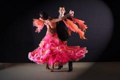Ballerini del latino in sala da ballo su fondo nero immagine stock libera da diritti
