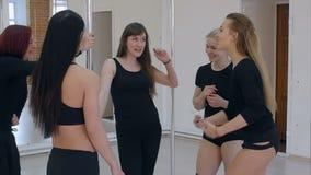 Ballerini del polo positivo che prendono una rottura da pratica e che comunicano video d archivio