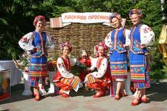 Ballerini delle ragazze e cantanti, attori, membri del coro, ballerini del corpo di ballo, soliste dell'insieme ucraino del cosac Immagini Stock Libere da Diritti