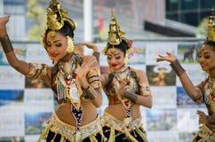 Ballerini dello Sri Lanka delle donne in bei costumi che eseguono in scena nel ` di festival dello Sri Lanka del ` di avvenimenti immagini stock