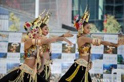 Ballerini dello Sri Lanka delle donne in bei costumi che eseguono in scena nel ` di festival dello Sri Lanka del ` di avvenimenti immagini stock libere da diritti