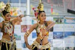 Ballerini dello Sri Lanka delle donne in bei costumi che eseguono in scena nel ` di festival dello Sri Lanka del ` di avvenimenti immagine stock
