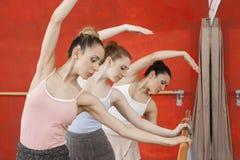 Ballerini di balletto che eseguono nella fila allo studio di ballo Immagine Stock
