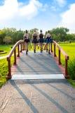 Ballerini di balletto teenager che camminano a casa attraverso il parco Immagini Stock