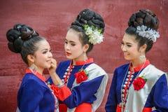 Ballerini di nordest tailandesi di Phutai con il costume tradizionale Fotografia Stock Libera da Diritti