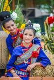 Ballerini di nordest tailandesi di Phutai con il costume tradizionale Immagine Stock
