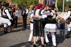 Ballerini di piega rumeni che ballano in costumi tradizionali Immagine Stock Libera da Diritti