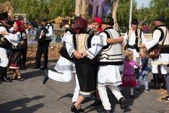 Ballerini di piega rumeni che ballano in costumi tradizionali Fotografia Stock
