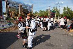 Ballerini di piega rumeni che ballano in costumi tradizionali Fotografia Stock Libera da Diritti