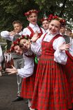 Ballerini dietro tempo aspettante di scena di eseguire al grande concerto di danza popolare Fotografia Stock Libera da Diritti