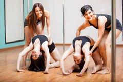 Ballerini felici del palo nella classe Fotografie Stock