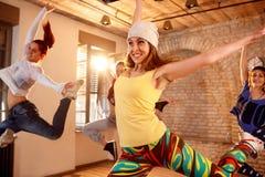 Ballerini femminili che ballano nella stanza di dancing Immagine Stock