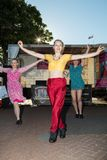 Ballerini femminili nella via, celebrante festival di Diwali Fotografia Stock