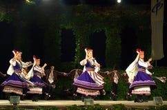Ballerini femminili pieghi giranti in scena Immagine Stock