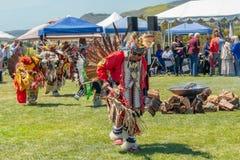 Ballerini maschii del nativo americano al Prigioniero di guerra-wow in Malibu, California immagini stock libere da diritti