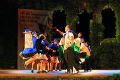 Ballerini peruviani in costumi variopinti che eseguono ballo tradizionale fotografia stock libera da diritti