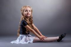 Ballerino adorabile che posa in costume per le prestazioni fotografia stock
