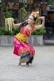Ballerino asiatico che esegue ballo tradizionale di balinese fotografia stock