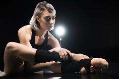 Ballerino atletico della giovane donna nell'allungamento degli abiti sportivi Fotografie Stock