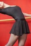 Ballerino In Ballet Skirt che allunga nello studio Immagine Stock Libera da Diritti