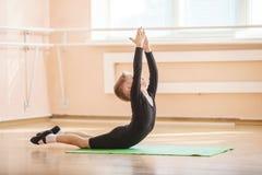 Ballerino che fa esercizio alla classe di ballo di balletto Fotografia Stock