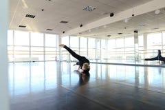 Ballerino che fa gamba che allunga alla palestra Fotografia Stock