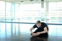 Ballerino che fa gamba che allunga alla palestra Fotografia Stock Libera da Diritti